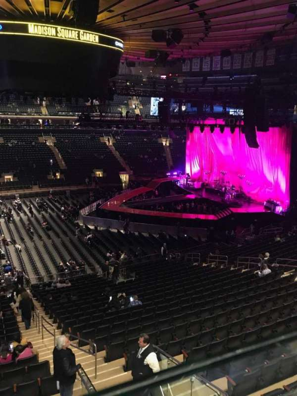 Madison Square Garden, secção: 210, fila: 1, lugar: 20-21