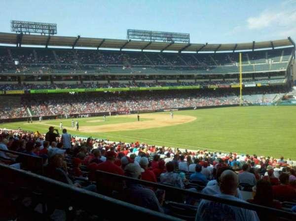Angel Stadium, secção: 228, fila: A, lugar: 13,14,15