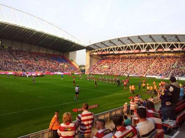 DW Stadium, secção: West Stand