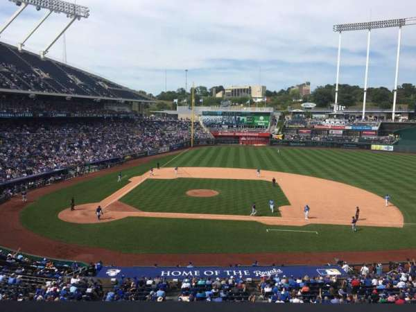 Kauffman Stadium, secção: 315, fila: B, lugar: 7