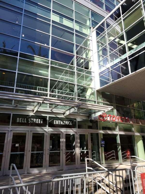 Toyota Center, secção: Bell Street Entrance