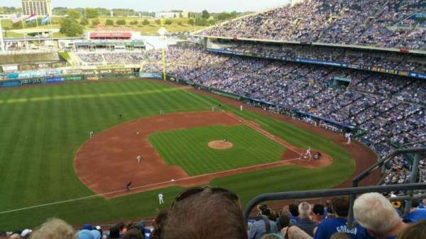 Kauffman Stadium, secção: 409, fila: R, lugar: 17