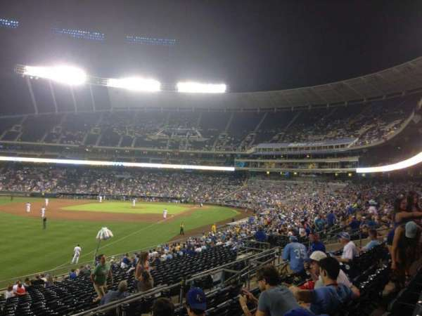 Kauffman Stadium, secção: 208, fila: FF, lugar: 25