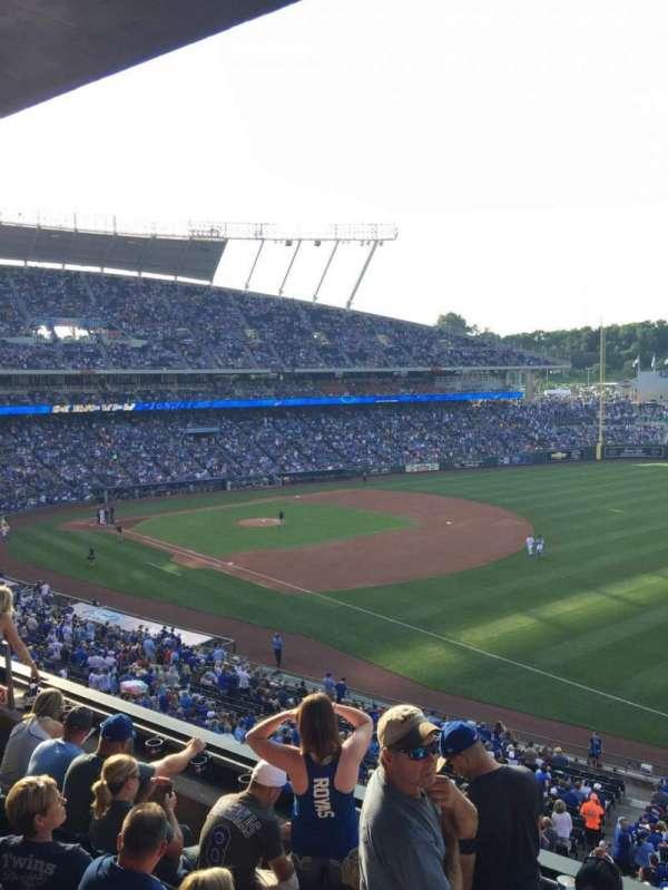 Kauffman Stadium, secção: 323, fila: E, lugar: 13