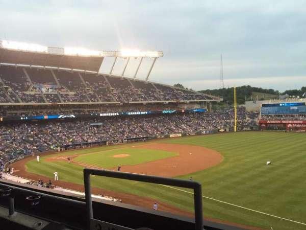 Kauffman Stadium, secção: 323, fila: B, lugar: 3-4