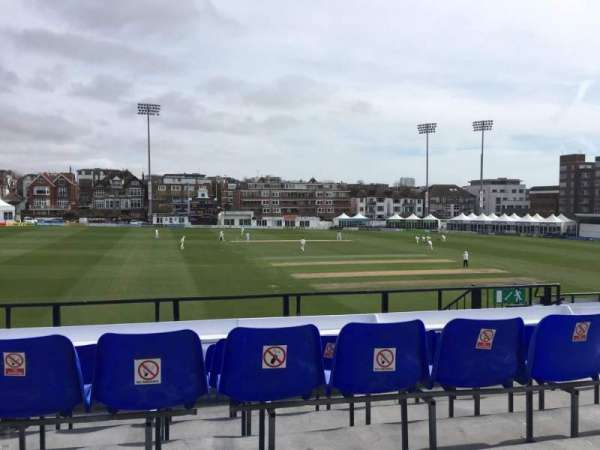 County Cricket Ground (Hove), secção: Upper Grandstand M, fila: D, lugar: 6