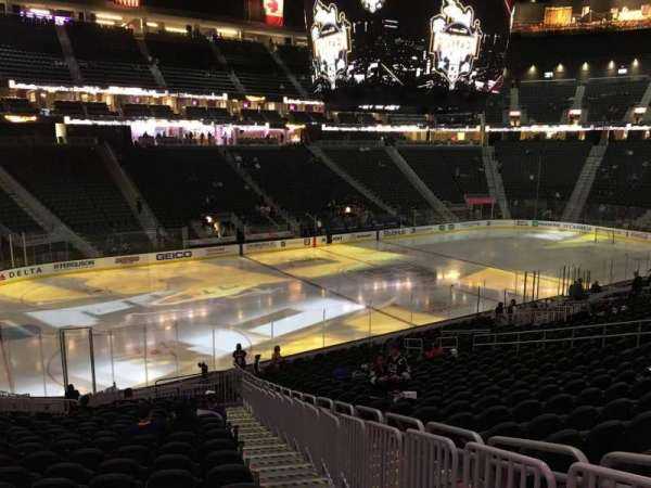 T-Mobile Arena, secção: 13, fila: W, lugar: 22