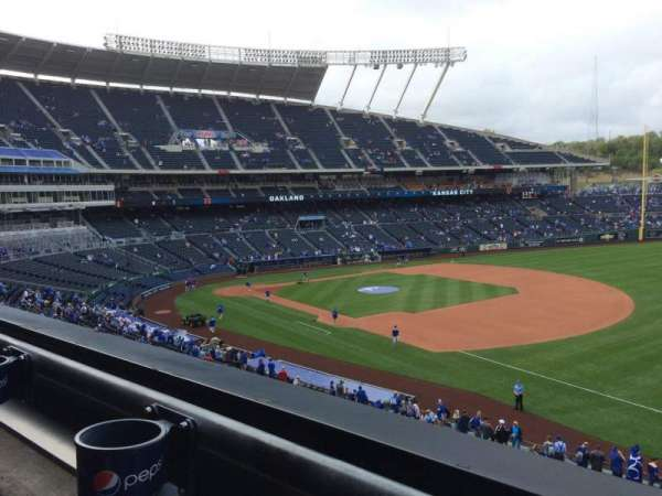 Kauffman Stadium, secção: 322, fila: A, lugar: 5