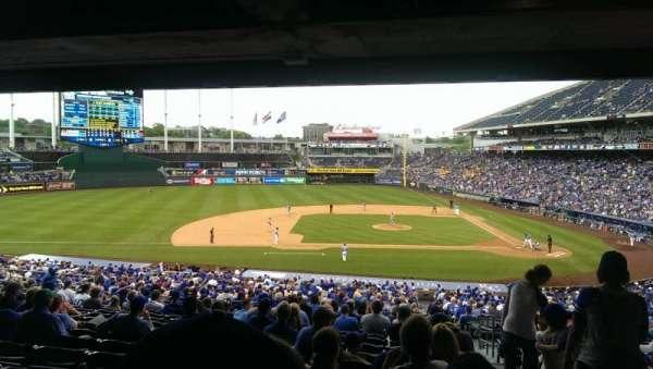 Kauffman Stadium, secção: 221, fila: KK, lugar: 25