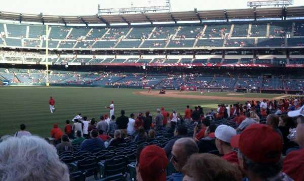 Angel Stadium, secção: 103, fila: r, lugar: 17