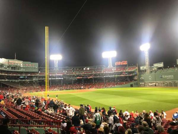 Fenway Park, secção: Right Field Box 90, fila: RR, lugar: 17