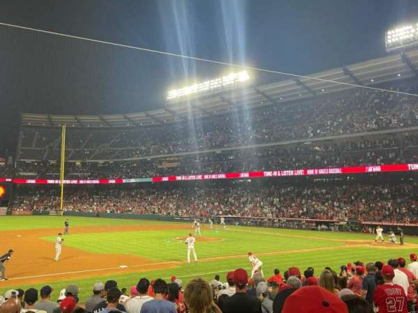 Angel Stadium, secção: 110, fila: N, lugar: 11
