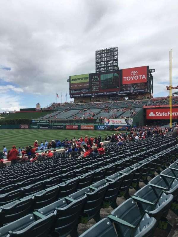 Angel Stadium, secção: 126, fila: S, lugar: 1