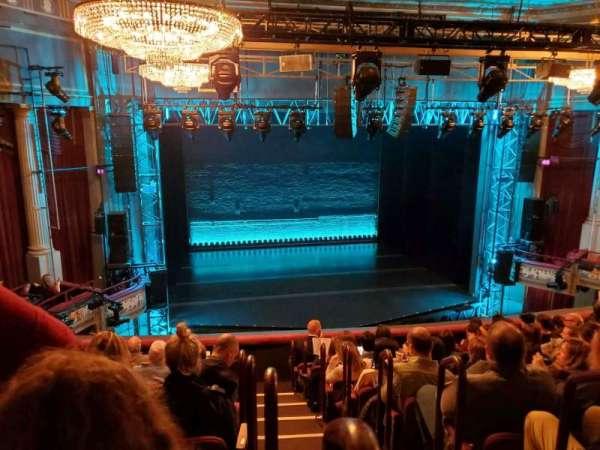 Broadhurst Theatre, secção: Mezzanine L, fila: J, lugar: 1