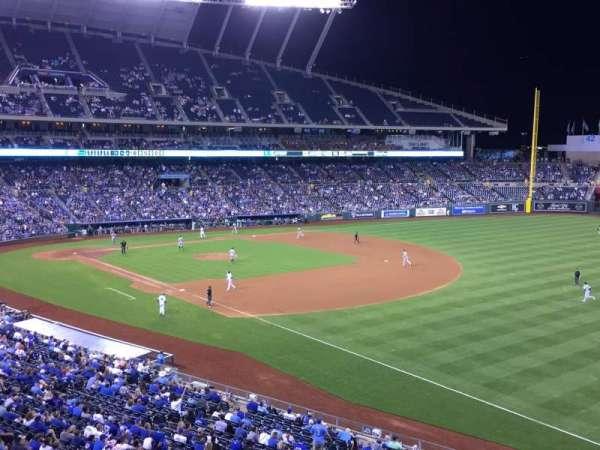 Kauffman Stadium, secção: 322, fila: A, lugar: 13