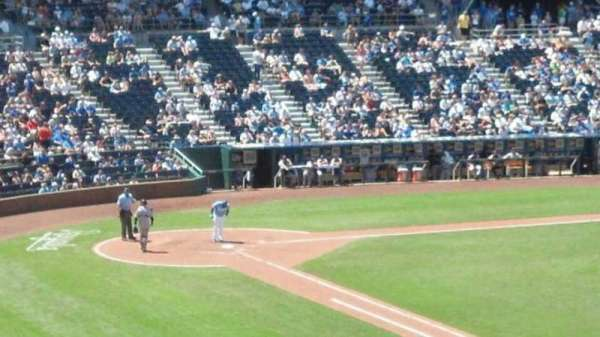 Kauffman Stadium, secção: 323, fila: a, lugar: 9