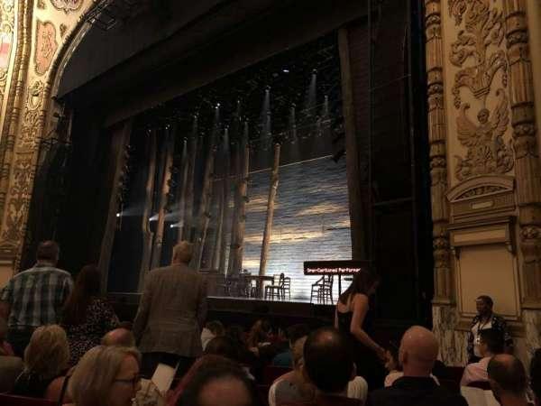 Cadillac Palace Theater, secção: ORCH R, fila: H, lugar: 22