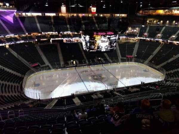 T-Mobile Arena, secção: 221, fila: r, lugar: 11
