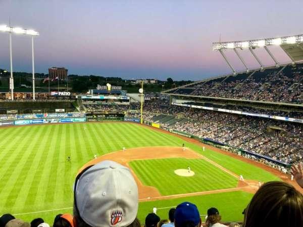 Kauffman Stadium, secção: 409, fila: L, lugar: 11