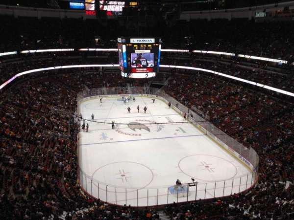 Honda Center, secção: 402, fila: J, lugar: 8