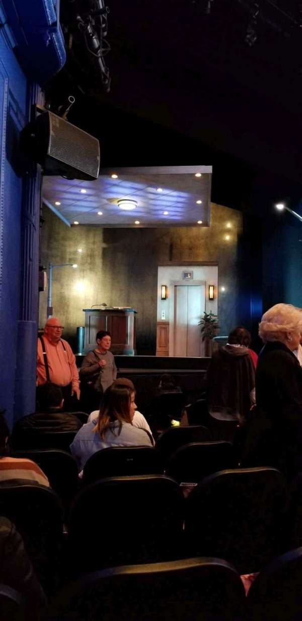 Hayes Theater, secção: Orchestra, fila: J, lugar: 13