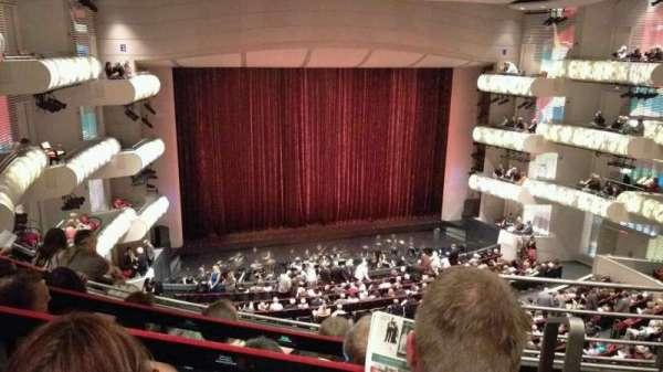 Muriel Kauffman Theatre, secção: Grand Tier Left, fila: EEE, lugar: 916