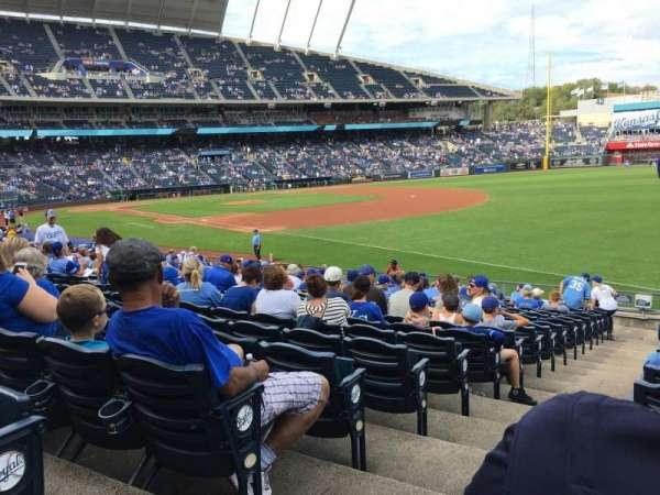 Kauffman Stadium, secção: 143, fila: W, lugar: 1