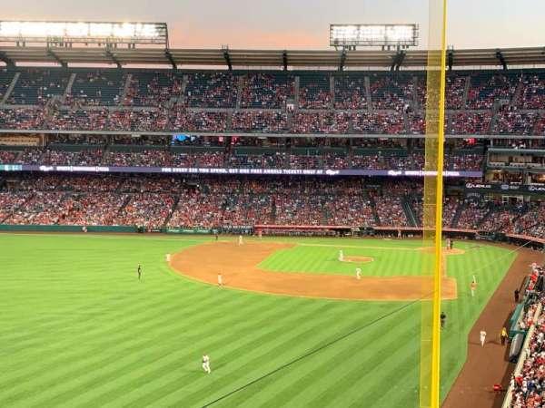 Angel Stadium, secção: V401, fila: D, lugar: 10