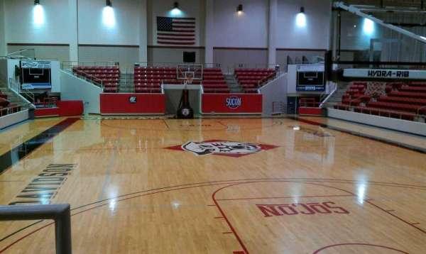 John M. Belk Arena, secção: 1, fila: B, lugar: 14