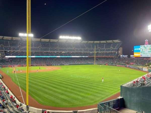 Angel Stadium, secção: C350, fila: AA, lugar: 7