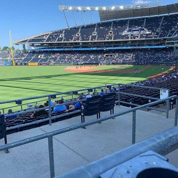 Kauffman Stadium, secção: 208, fila: AA, lugar: 10