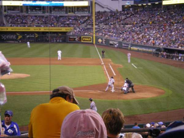 Kauffman Stadium, secção: 224, fila: CC, lugar: 1