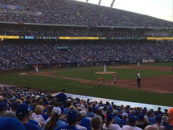 Kauffman Stadium, secção: 140, fila: X, lugar: 3
