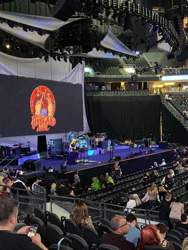 T-Mobile Arena, secção: 4, fila: H, lugar: 13