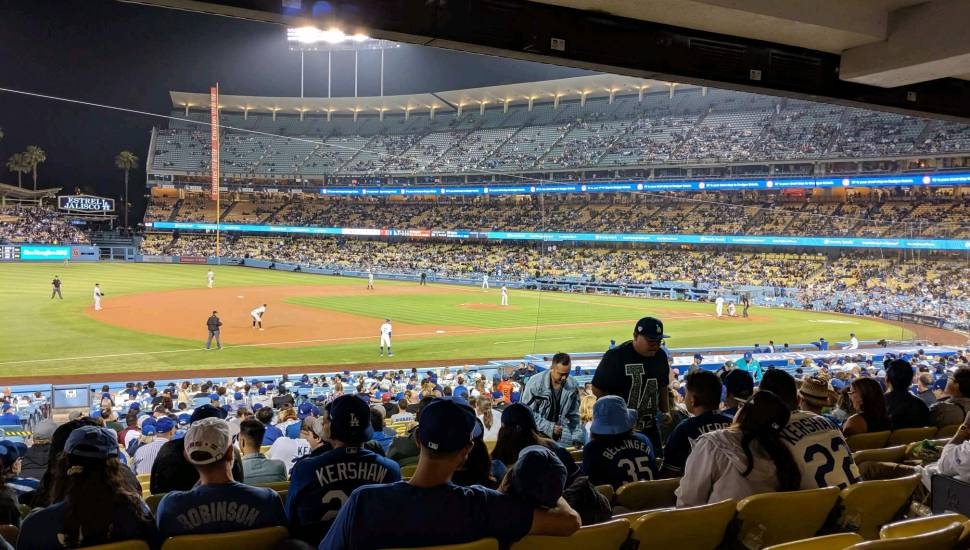 Dodger Stadium,  Secção <strong>203</strong>, Fila <strong>5</strong>, Lugar <strong>2</strong>