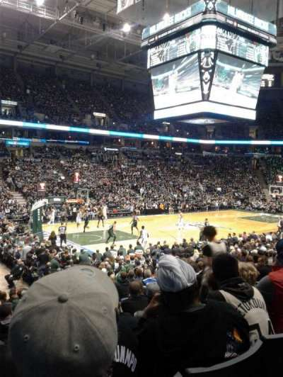 BMO Harris Bradley Center, secção: 203, fila: R