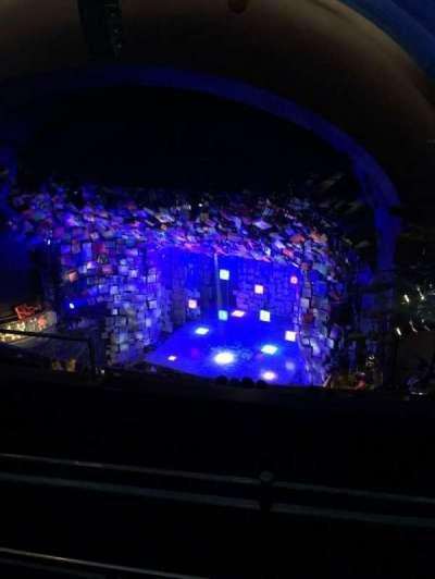 Cambridge Theatre, secção: Upper circle, fila: H, lugar: 4