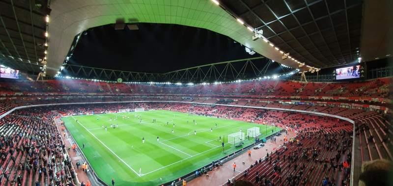 Vista sentada para Emirates Stadium Secção 106 Fila 2 Lugar 417
