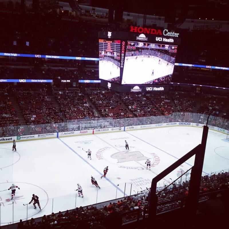 Vista sentada para Honda Center Secção 415 Fila F Lugar 4