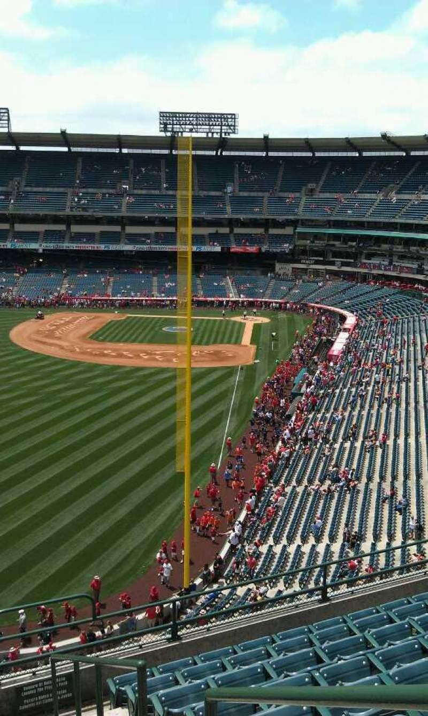 Vista sentada para Angel Stadium Secção 401 Fila j Lugar 17