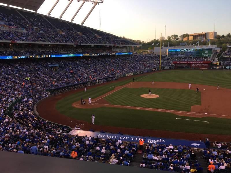 Vista sentada para Kauffman Stadium Secção 316 Fila A Lugar 12