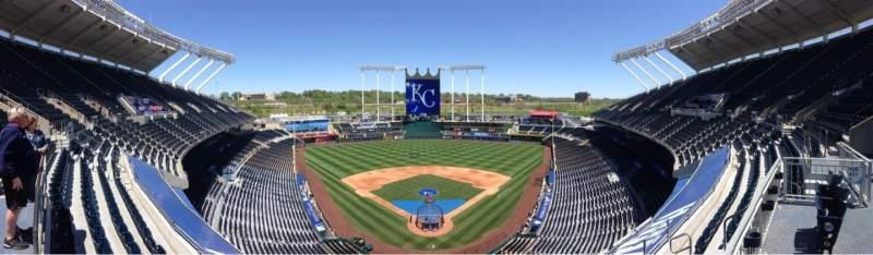 Vista sentada para Kauffman Stadium Secção 421 Fila A Lugar 4