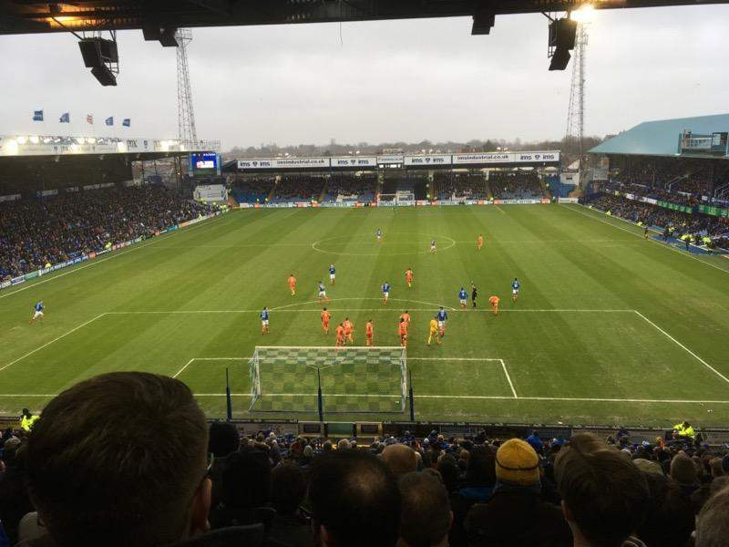 Vista sentada para Fratton Park Secção Fratton End Fila 4th from back