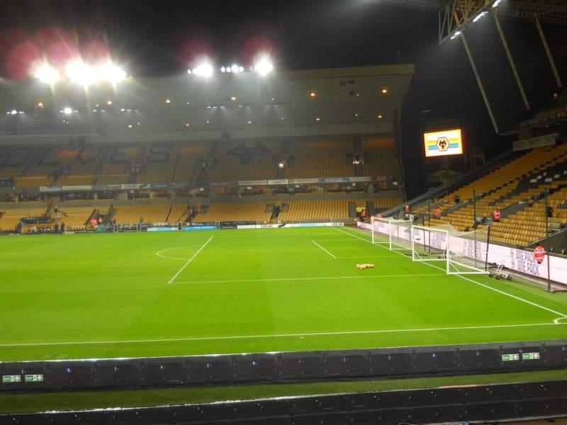 Vista sentada para Molineux Stadium Secção Steve Bull Lower Fila M Lugar 64