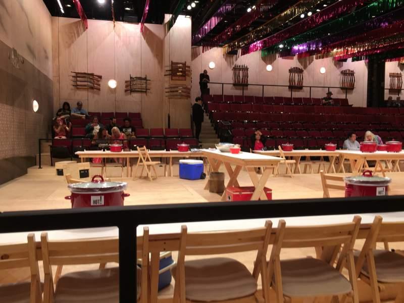 Vista sentada para Circle in the Square Theatre Secção Orchestra 400 (Odd) Fila Aisle 1 Lugar B 407