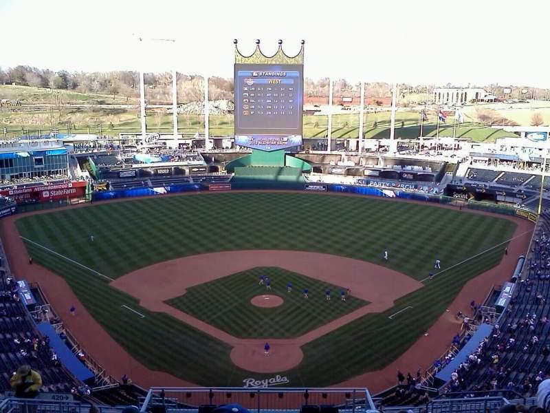 Vista sentada para Kauffman Stadium Secção 415 Fila A Lugar 4