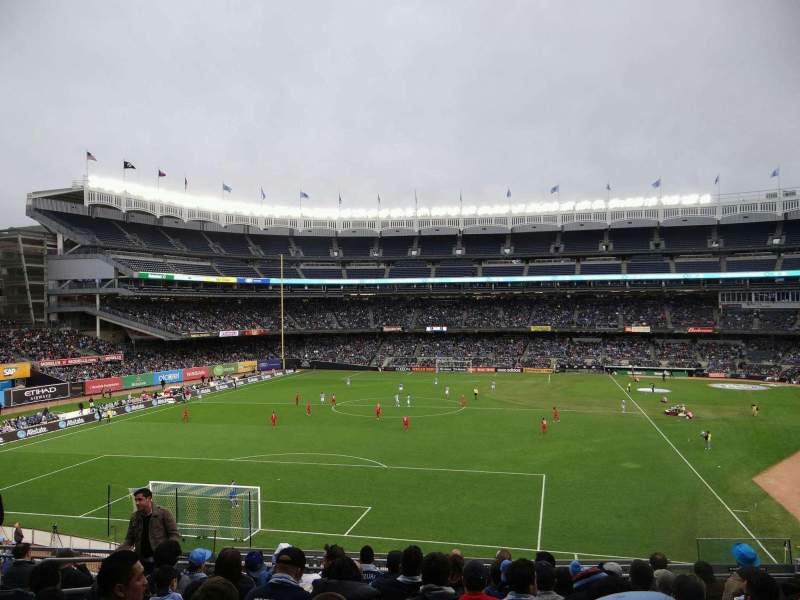 Vista sentada para Yankee Stadium Secção 233B Fila 10 Lugar 8