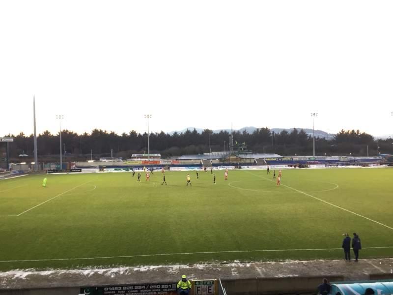Vista sentada para Caledonian Stadium Secção Upper F Fila P Lugar 1