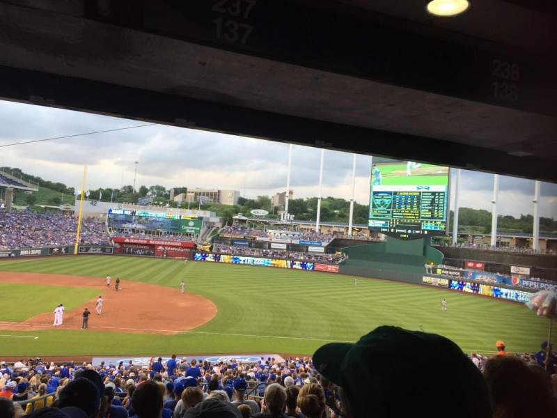 Vista sentada para Kauffman Stadium Secção 237 Fila P Lugar 8