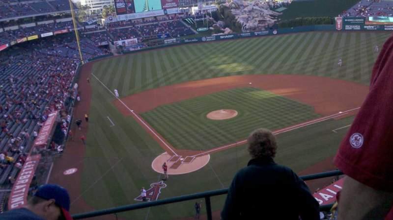 Vista sentada para Angel Stadium Secção V421 Fila d Lugar 10